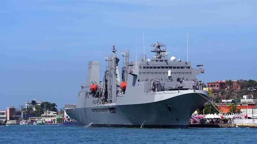海軍敦睦艦隊的油彈補給艦-磐石軍艦。(圖/翻攝自 海軍司令部官網)