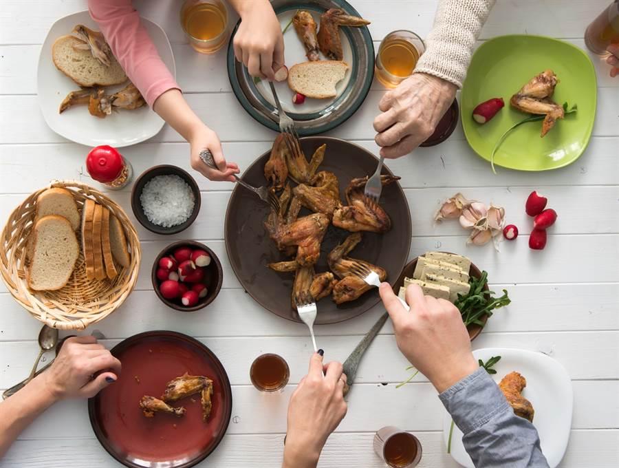 外出吃飯相隔1公尺也被傳染!大陸3家庭10人全中鏢,醫教5點自保。(示意圖/Shutterstock)