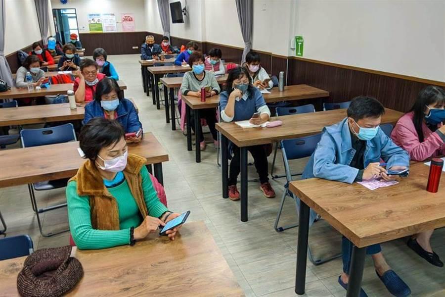 foodpanda 與智樂活樂齡活動社群舉辦線下教學課程,吸引許多銀髮族參加,並由老師親自帶長輩們實際操作 foodpanda APP。(圖/foodpanda)