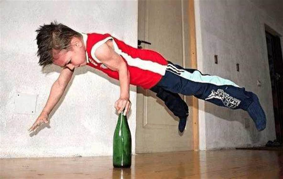 朱利安諾表演最拿手的單手支撐啤酒瓶。(圖/翻攝自每日頭條)