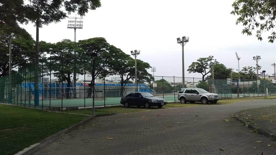 屏東縣政府將在屏東公園新建平面及地下停車場。(潘建志攝)