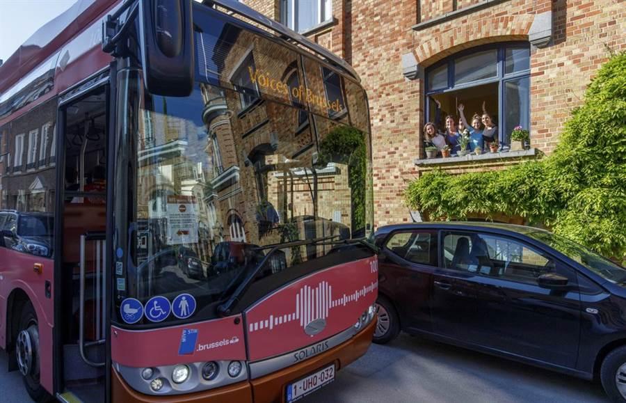 「布魯塞爾之聲」是一輛改裝公車,會對於路邊住戶放送來自親人的各種關懷留言,使不能出門的居民感到相當溫馨。(圖/美聯社)