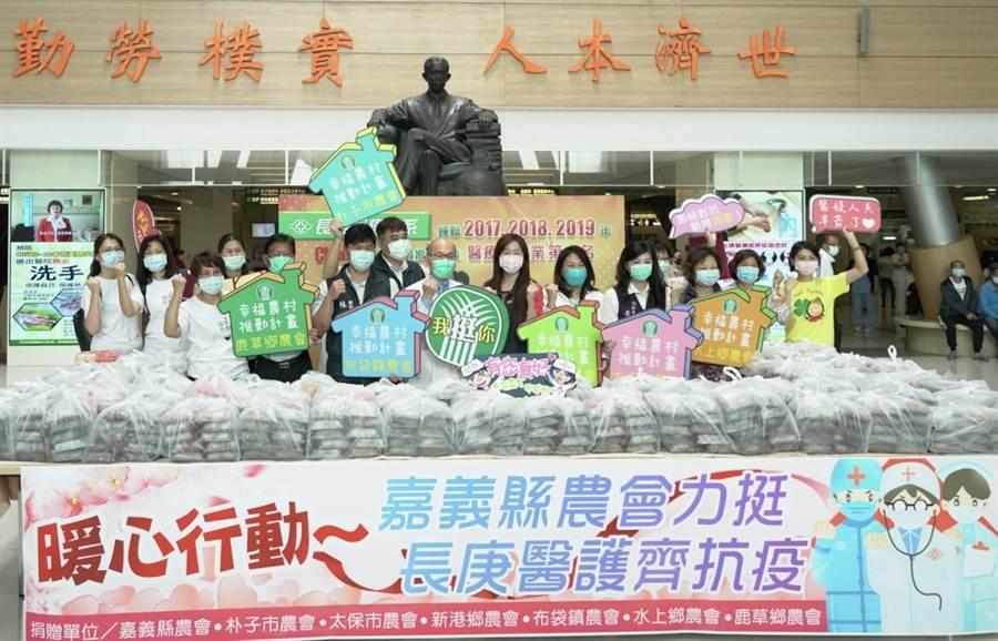 嘉義縣6家農會以在地食材製作1200份壽司給長庚醫院的醫護人員。(張亦惠攝)
