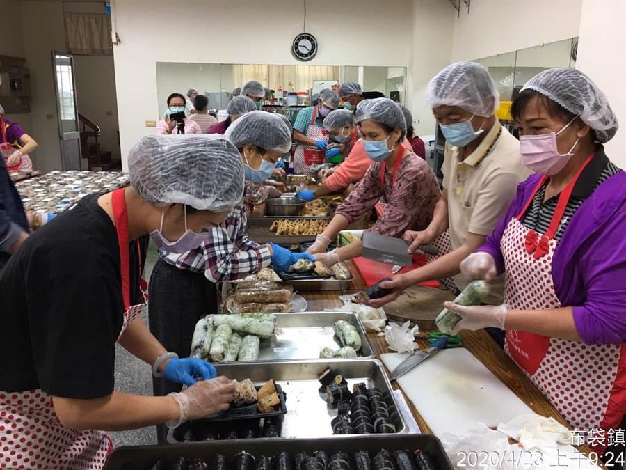家政班的媽媽們一早就到農會製作壽司。(布袋鎮農會提供)