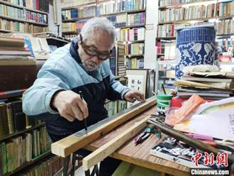 長春父子堅守老書店30多年 為愛書人留住舊書香