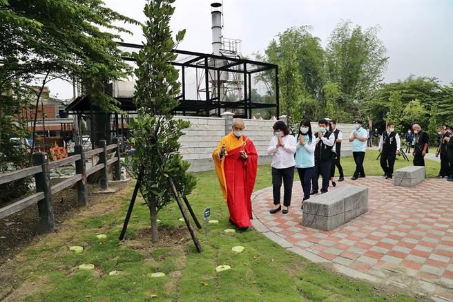 嘉義市立殯葬館環保樹葬區啟用,市長黃敏惠(左二)出席灑淨儀式 。(廖素慧攝)