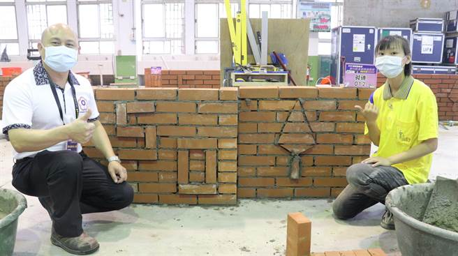 台東縣公東高工建築科二年級的李妮羲(右),每天練習12小時至少砌約200塊磚,要拚技能賽金牌。(劉秀芬攝)