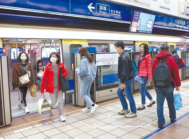 网友好奇,许多女性上捷运都会抓中间柱子靠着,不少女性坦言:比较舒服。(本报资料照片)