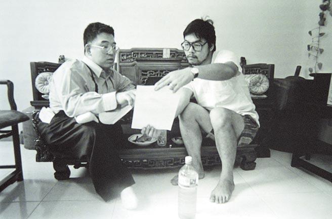 當年郝明義(左)以最愛打的電動玩具「馬利兄弟」主角「馬利」為化名,與鄭問(右)合作經典《阿鼻劍》漫畫,這是當時兩人一起討論的歷史畫面。(本報資料照片/大辣出版社提供)