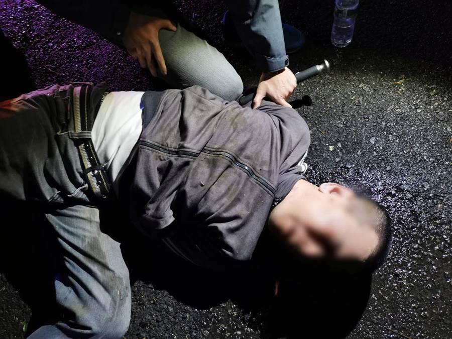 王姓男子涉嫌強押女學生上車,所幸被楊梅警方逮捕。(翻攝照片/賴佑維桃園傳真)