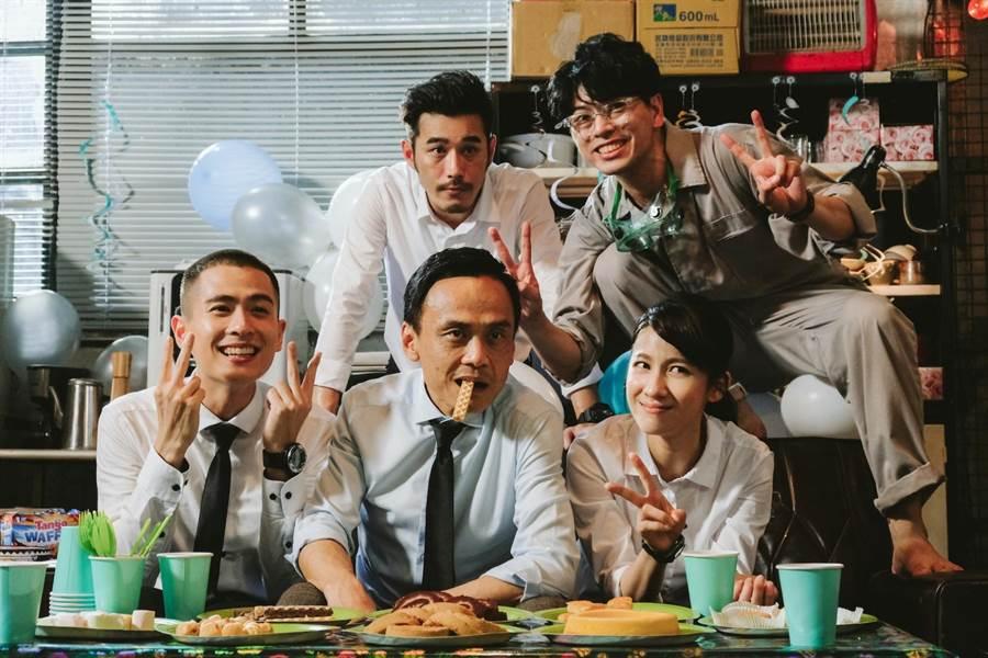 石知田(前排左起)陈以文、连俞涵、黄腾浩(后排左起)、萧永裕演出公视奇幻剧《妖怪人间》。(公视提供)