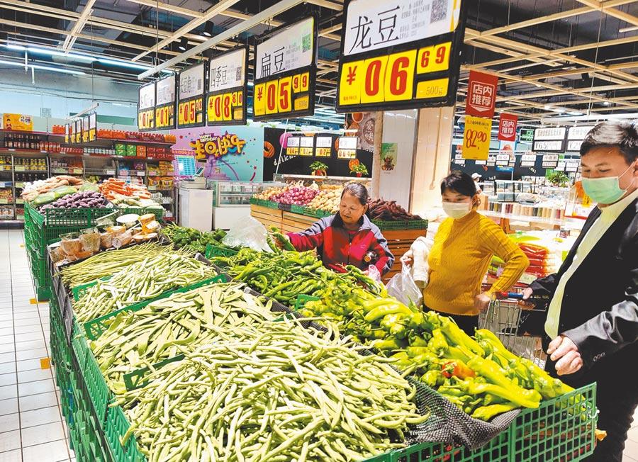 受疫情影響,大陸首度GDP負成長。圖為4月17日,河南鄭州市民在超市採購物品。(中新社)