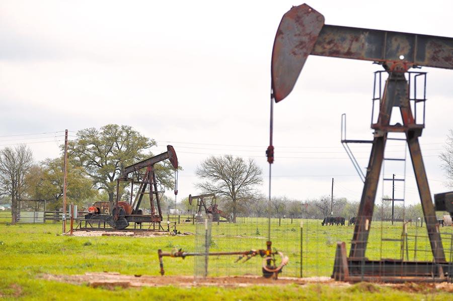 受到期貨「負油價」衝擊,投資人應多留意債券基金可能的風險。圖為美國德州石油小鎮盧靈。(新華社資料照片)