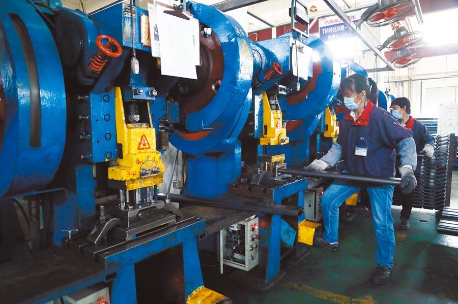 不少台商愁無訂單,只好且戰且走。圖為4月16日,上海嘉定工業區的一家台企健身器材公司內,工人們在生產。(中新社)