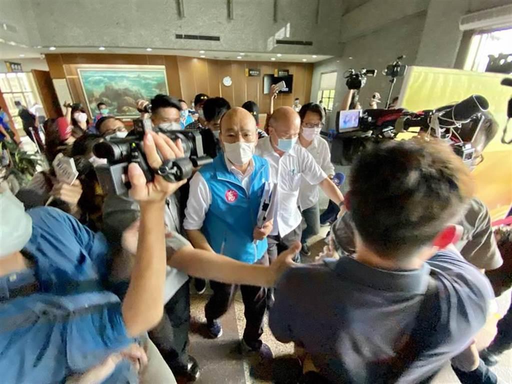 高雄市長韓國瑜22日上午面色凝重離開議會。(本報資料照,林宏聰攝)