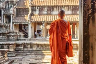 僧侶排隊申請1萬元紓困 嘆:香油錢短缺…逼不得已