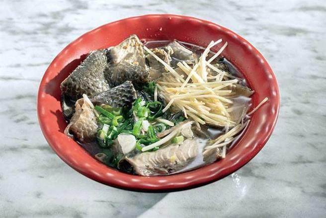 店內最受客人歡迎的「虱目魚蓋飯」,虱目魚肉鋪好鋪滿,完全看不到底下的白飯。(85元)(圖/張祐銘攝)