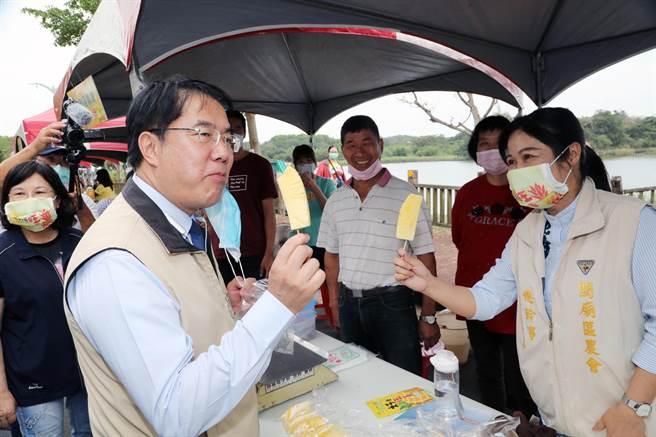 2020鳳梨好筍季開鑼,台南市長黃偉哲邀大家來吃鳳梨。(市府提供/洪榮志台南傳真)