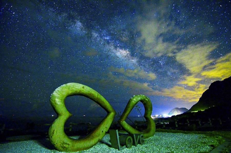 縣府推「天文旅遊」,圖為豐濱鄉石門班哨雙心石景點。(花蓮縣府提供/王志偉攝)