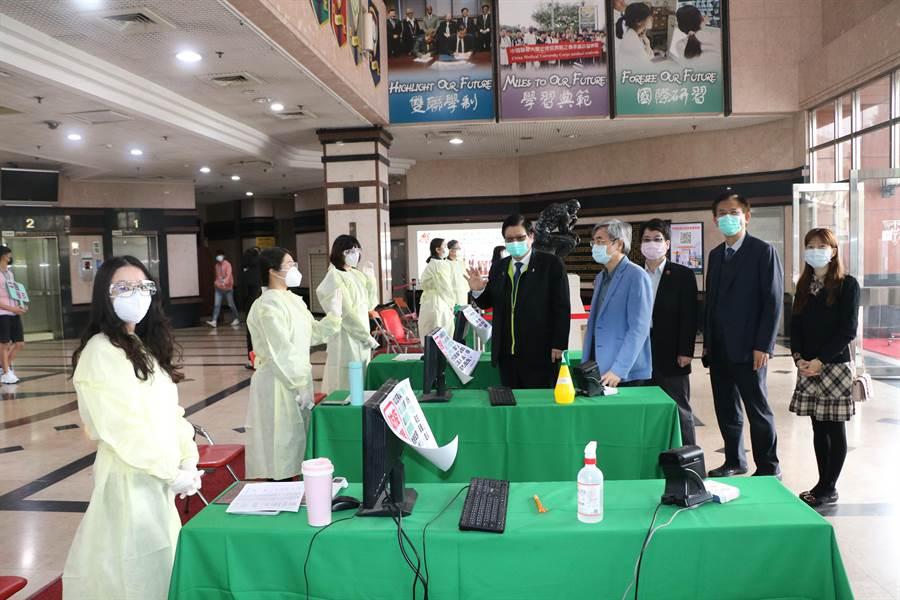 因應大學申請入學第二階段面試作業,中國醫藥大學特別設置6道檢測站,採高規格防疫。(中醫大提供/林欣儀台中傳真)
