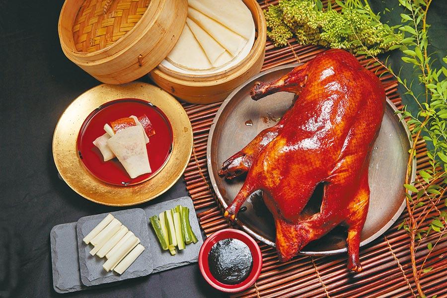 台北國賓大飯店8道式「美顏養生外帶套餐」,選用1萬2000元的套餐可大啖掛爐烤鴨。(台北國賓大飯店提供)