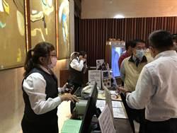 黃偉哲帶隊突擊稽查錢櫃台南店 發現小缺失開出勸導單。