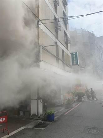 南市餐飲店清晨冒火 巨大火煙遮蔽街道