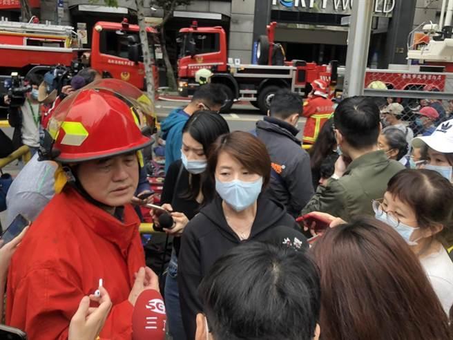 北市副市長黃珊珊(中)、消防局長吳俊鴻(左)。(北市府提供/張穎齊台北傳真)