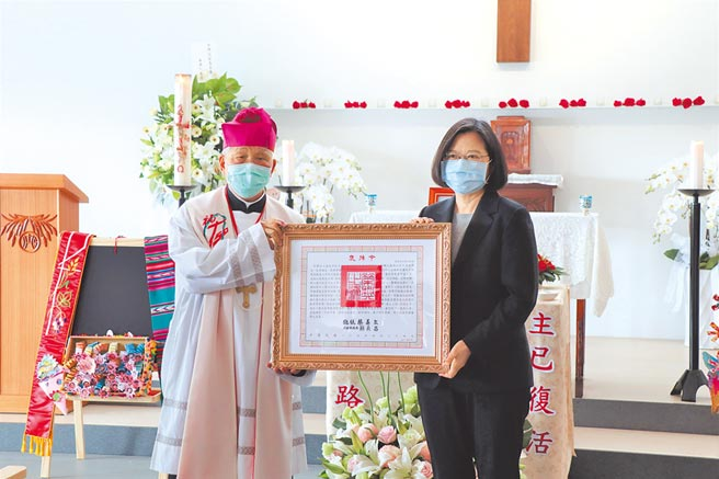 蔡英文總統(右)頒發甘惠忠神父褒揚令,由天主教台南教區主教林吉男(左)代表接受。(劉秀芬攝)