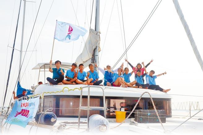 高雄市林園區汕尾國小7名畢業生,25日駕乘重帆「海洋夢想號」從屏東大鵬灣出發,體驗人生難得的「畢業航行」。(洪浩軒攝)