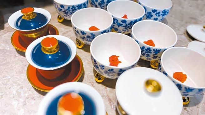 法式和牛澄清湯是將碗底放上和牛玫瑰花,再倒入特製澄清雞湯,兩者巧妙融合。(佐賀野仁提供)