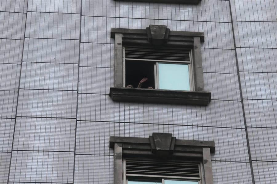 錢櫃大火受困民眾無助在窗口求援。(陳君瑋攝影)
