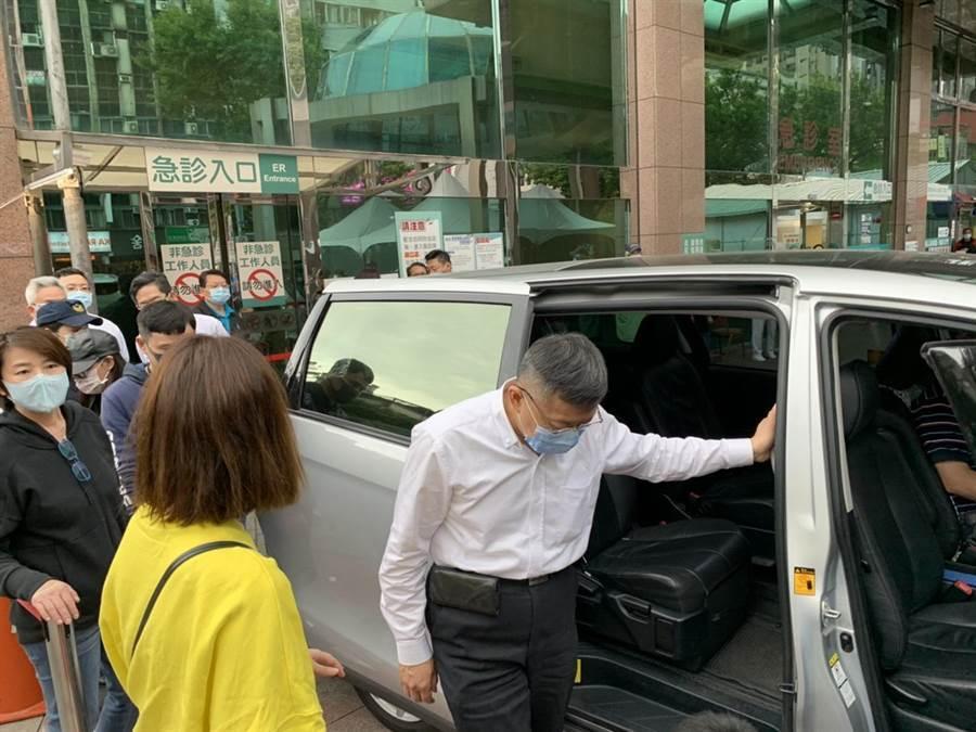 台北市長柯文哲緊急結束南部行程趕回台北,抵達錢櫃現場並視察災情,接著他忙趕往馬偕醫院探視傷者,探視約5五分鐘便離開急診處。(張薷攝)