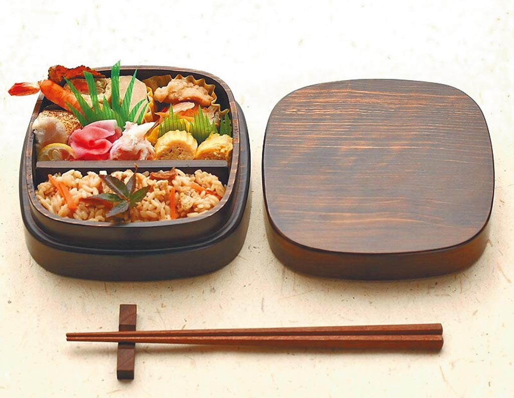 樂天市場的日本角田清兵衛檜木方型便當盒,原價6601元,售價4646元。(樂天市場提供)