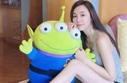 香港前女團「咪神」鄧伊婷裸身枕頭遮 居家辣秀127cm長腿
