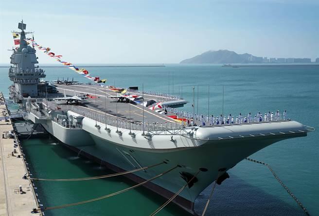 解放軍第一艘自製航母「山東」艦2019年12月17日在海南三亞交付海軍的資料照。(新華社)