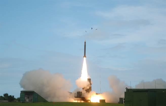 據傳中科院已完成飛彈實彈試射秘密研製的「雲峰中程飛彈」。且射程可達1500公里,圖為天弓3飛彈垂直發射示意圖。(圖/中科院 官網)