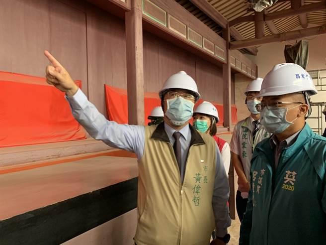台南市長黃偉哲(米黃夾克者)27日上午前往孔廟視察2016年台南強震後復建工程。(李宜杰攝)