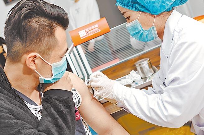 志願者接受新型冠狀病毒滅活疫苗接種。
