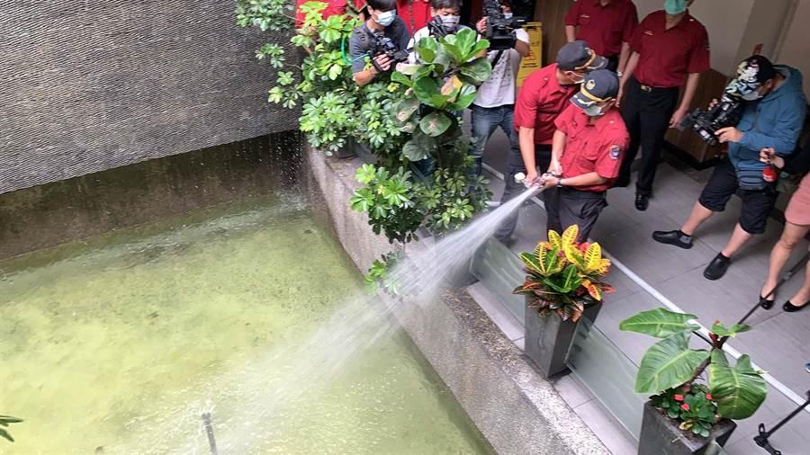 今(27)日消防局前往享溫馨巨蛋店稽查,檢視加壓送水裝置等消防安全是否合乎規定。(柯宗緯攝)