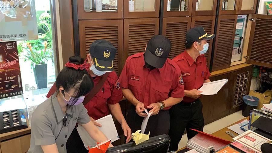 今(27)日消防局前往享溫馨巨蛋店稽查,檢視消防安全是否合乎規定。(柯宗緯攝)