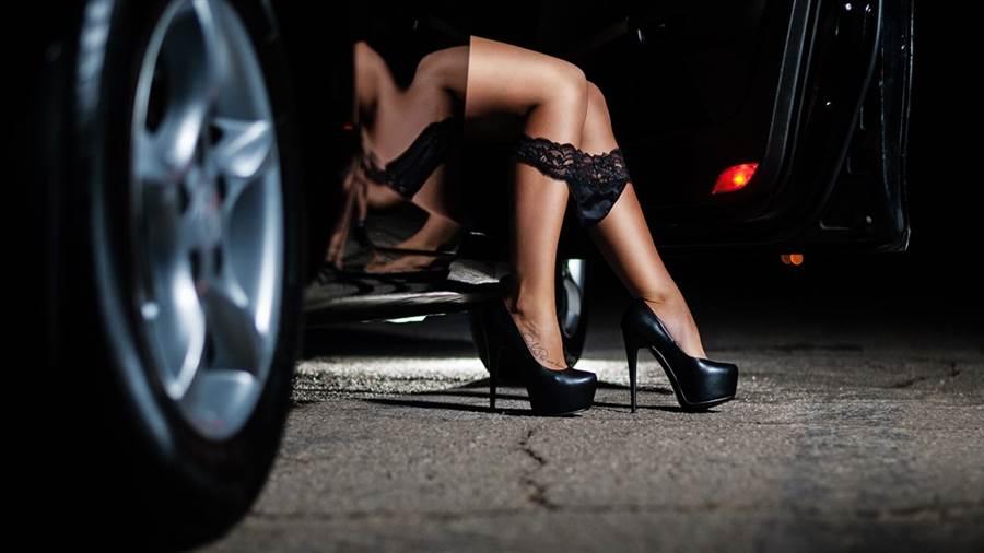 正妹汽車業務往往會吸引人注意。(圖/shutterstock)
