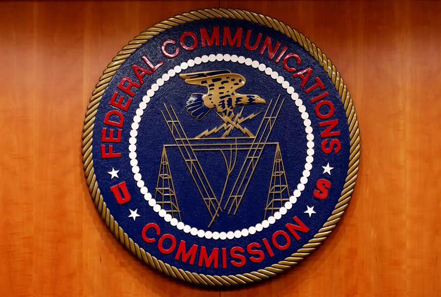 美國聯邦通訊委員會準備撤銷4家大陸國營營電信企業在美國的經營許可,原因是這些公司對美國網路與通訊構成國家安全風險。圖為美聯邦通訊委員會標誌。(圖/路透)