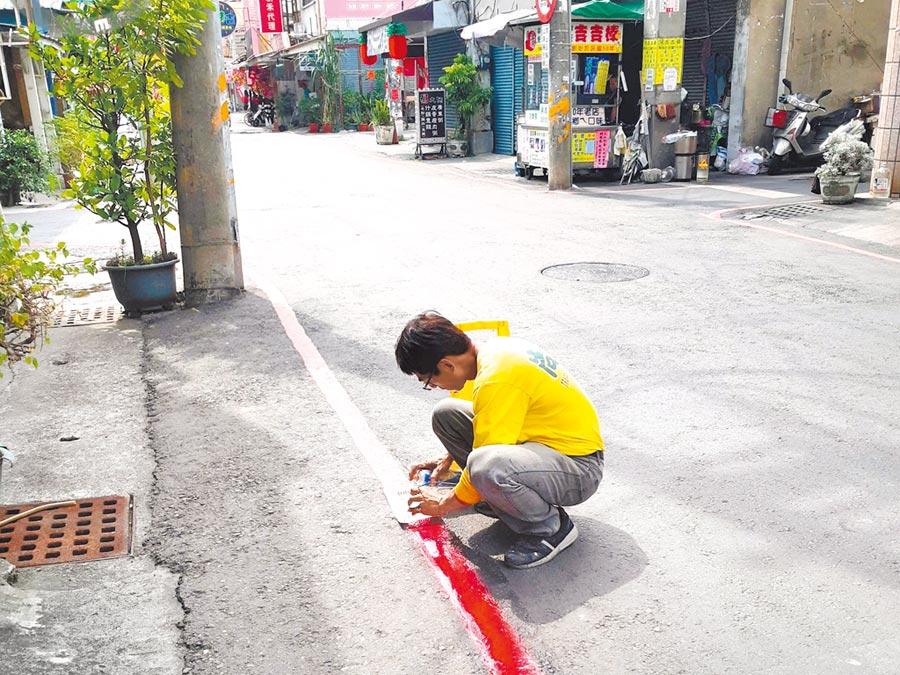 疫情期間,檢舉達人檢舉岡山區平和路的紅線違停,令商家生意雪上加霜。圖為平和路被畫設紅線。(翻攝照片/林瑞益高雄傳真)