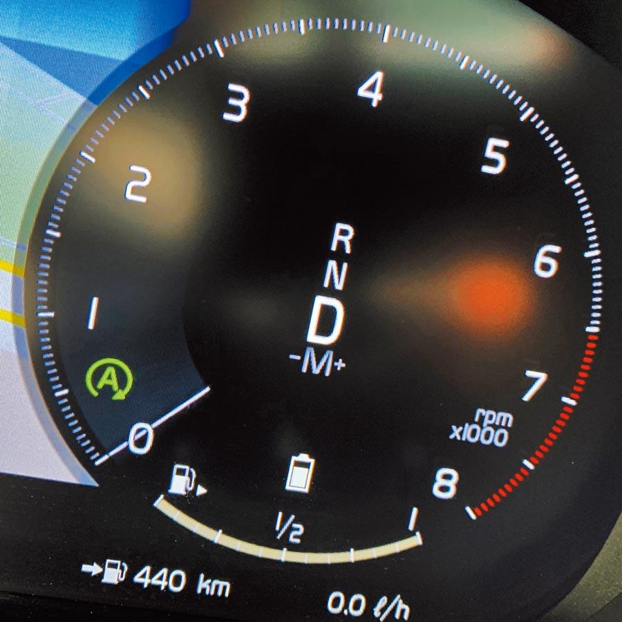 怠速熄火系統作動時,A符號會顯示為綠色,目前D檔,但引擎熄火轉速為0 rpm,瞬時油耗為0 l/h。(陳大任攝)