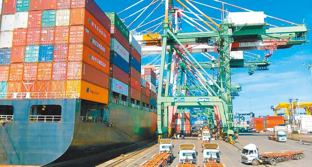台灣產品未來銷陸恐受限。圖為高雄港進行貨櫃裝卸。(港務公司提供)