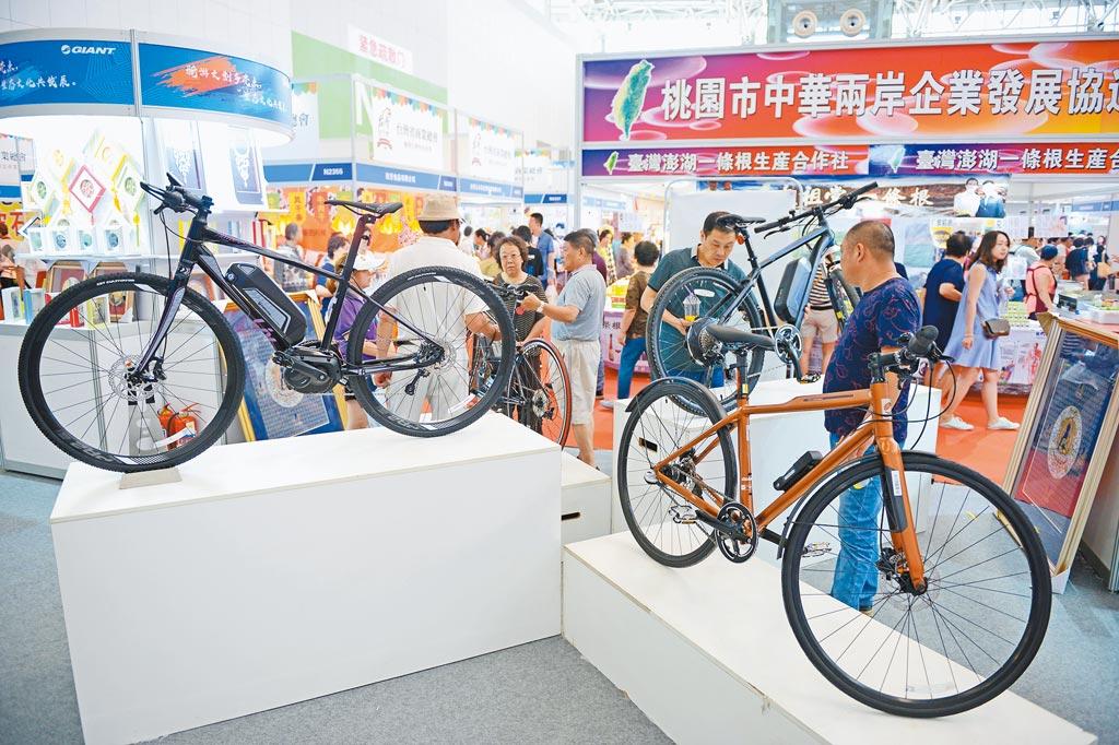 大陸若對台灣產品標示設限,將嚴重衝擊台灣產品出口;圖為民眾在天津.台灣商品博覽會的台灣自行車展台前選購。(中新社資料照片)