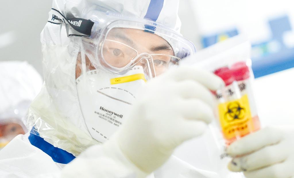 武漢檢測人員對採集來的樣本進行處理。(新華社資料照片)