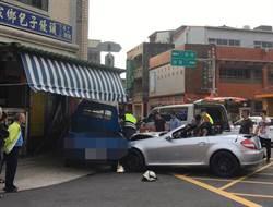賓士敞篷車撞小貨車 轉角包子店遭殃