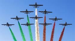 義慶祝解放日 三色箭飛行隊在羅馬表演
